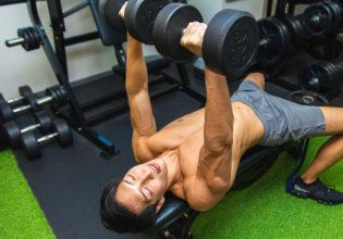 トレーニング中に寝落ちしたマッチョ9@著作権フリー 画像 筋肉