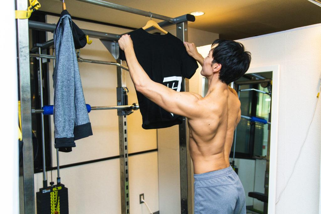 ジムで洗濯物を干すマッチョ@著作権フリー 画像 筋肉