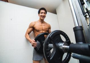 笑顔で追い込んでくるトレーナー/reference photo for drawing muscle/workout at gym@著作権フリー 画像 筋肉