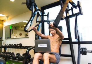 ジムで鍛えながら事務作業をするマッチョ6/reference photo for drawing muscle/workout at gym@著作権フリー 画像 フィットネス