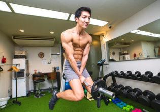 飛行魔術を筋力で再現するマッチョ/reference photo for drawing muscle/workout at gym@トレーナー フリー素材