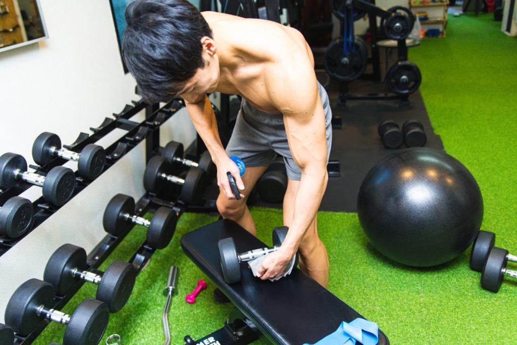 細かい部分まで除菌するマッチョ2/reference photo for drawing muscle/workout at gym@著作権フリー 画像 筋肉