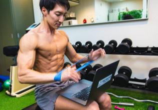 鍛えながら高速タイピングをするマッチョ/reference photo for drawing muscles/personal traner@ジム 写真 フリー