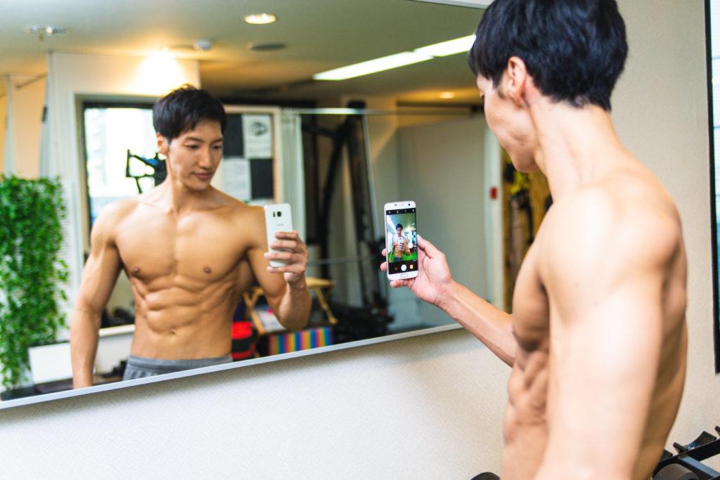 盛れる写真を撮ろうとするマッチョ/reference photo for drawing muscles/physique@フィジーク 筋肉