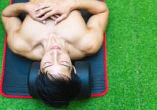 ダンベルを枕にして寝るマッチョ3/reference photo for drawing muscle/workout at gym@著作権フリー 画像 筋肉