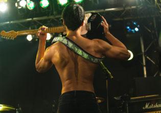 歯でギターを弾くマッチョ/reference photo for drawing muscle /Rook band@ロック 写真 無料