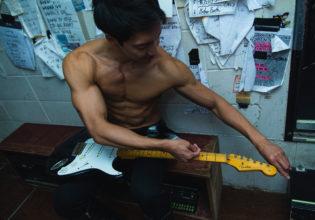 弦交換をするマッチョ/reference photo for drawing muscle /live music club@写真 マッチョ