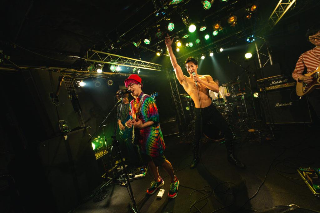 シンガロングするマッチョ@ロックバンド 写真/reference photo for drawing muscle /Rook band