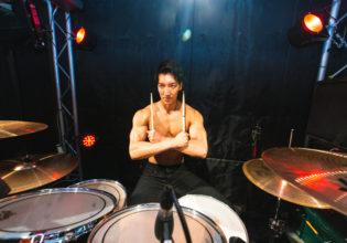 ドラムを叩かないマッチョ@写真 マッチョ
