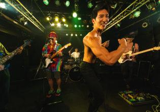 ライブ中にポージングするマッチョ/reference photo for drawing muscle /Rook band@マッチョ パフォーマンス