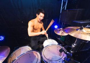 ドラムを叩くマッチョ@写真 マッチョ