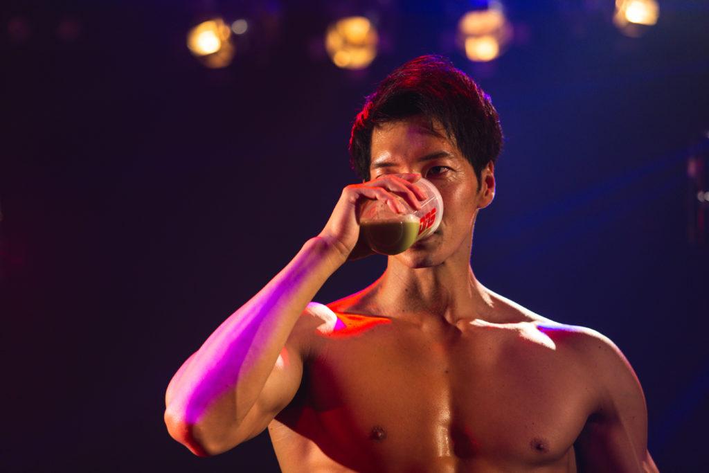 ライブ中にプロテインを飲むマッチョ/reference photo for drawing muscle /Rook band@写真 マッチョ