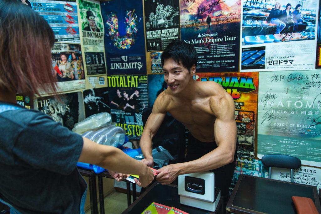 物販するマッチョ/reference photo for drawing muscle /Rook band@ロックバンド フリー素材