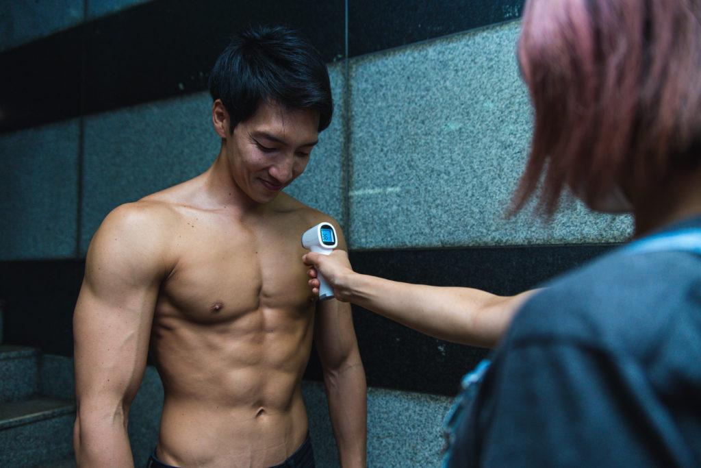 ライブハウスで胸筋を検温されるマッチョ/reference photo for drawing muscle /live music club@ライブハウス コロナ対策