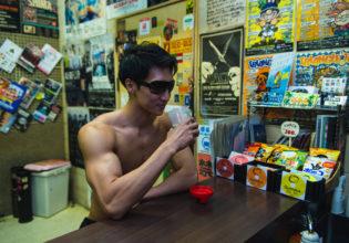 バーカンでプロテインを飲むマッチョ@著作権フリー 画像 筋肉