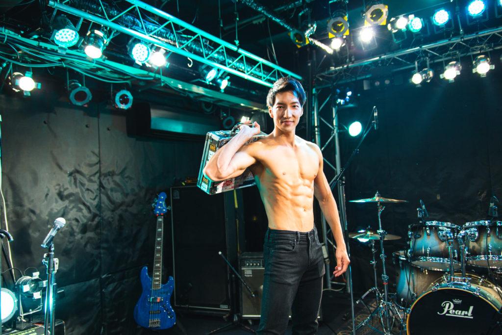 エフェクターボードを担ぐマッチョ/reference photo for drawing muscle /live music club@バンドマン マッチョ