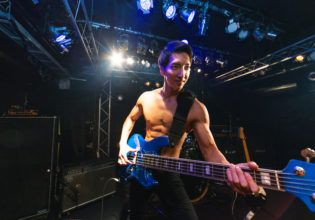 ベースを構えるマッチョ/reference photo for drawing muscle /live music club@ライブ 写真 フリー
