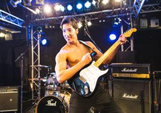 ギターを構えるマッチョ/reference photo for drawing muscle /Rook band@ライヴ 写真 フリー