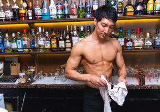 グラスを拭くバーテンマッチョ/reference photo for drawing muscle bartender@著作権フリー 画像 筋肉