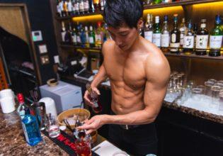 カクテルを作るマッチョ(グラスにお酒を注ぐ)@バーテン 画像 フリー