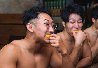 プロテインショット後にレモンをキメるマッチョ@著作権フリー 画像 筋肉