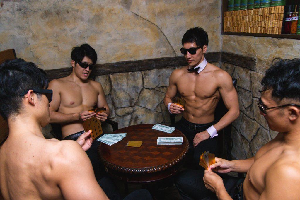 プロテインを懸けてカードゲームするマッチョ@マッチョ バー 東京