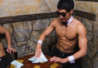 プロテインを懸けてカードゲーム(チャンスにフルベットするマッチョ)@プロテインを懸けてカードゲーム(チャンスにフルベットするマッチョ)@著作権フリー 画像 筋肉