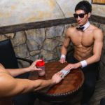 プロテインの闇取引をするマッチョ/reference photo for drawing muscle bar@バー フリー 画像