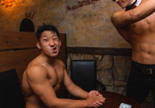 プロテインの闇取引に失敗し制裁されるマッチョ3/reference photo for drawing muscle bar@フリー素材 バー