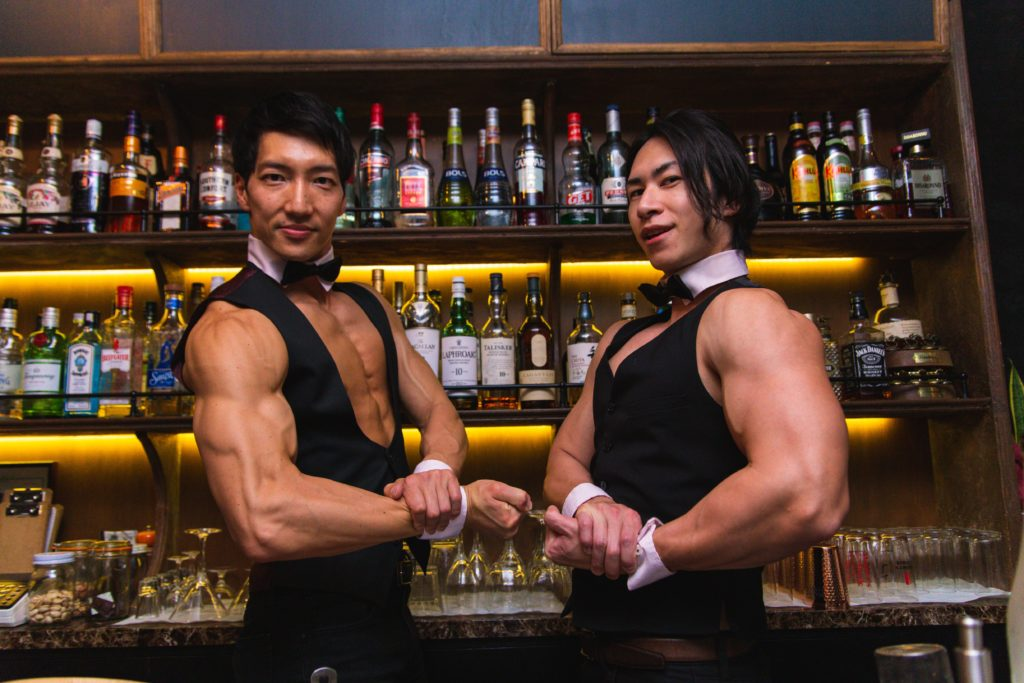マッチョなバーへいらっしゃいませ(サイドチェスト)/reference photo for drawing muscle bar@著作権フリー 画像 筋肉