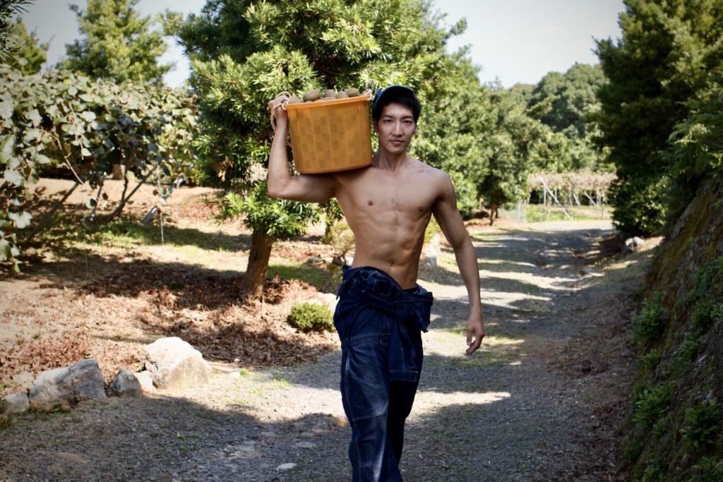 キウイを運ぶマッチョ@農家 写真
