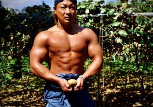 キウイに覇気を注入するマッチョ(弱)/reference stock photo farmer macho@ボディビルダー フリー素材