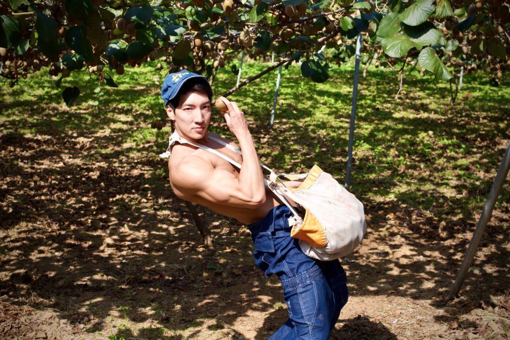 キウイとマッチョ/reference stock photo farmer macho/jojo pose@ボディビルダー フリー素材