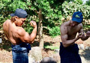【キウイで筋トレ】ワンハンドアームカール(上腕二頭筋のトレーニング)/reference stock photo farmer macho@農家 フリー素材