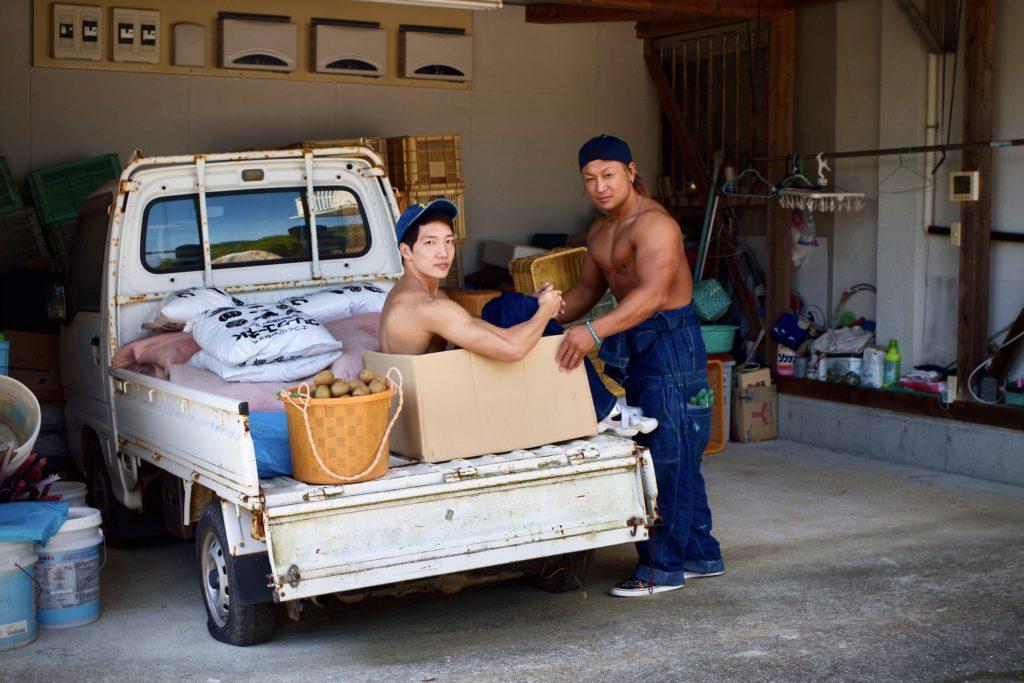 キウイの覇権争いに敗れ捨てられるマッチョ3/reference stock photo farmer macho/box macho@ボディビルダー フリー素材
