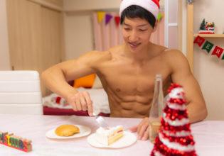 クリスマスケーキ型プロテインをいただくマッチョ/reference stock photo muscle santa claus in Xmas christmas @マッチョ写真集