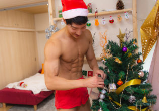クリスマスツリーを飾るマッチョ/reference stock photo muscle santa claus in Xmas christmas @マッチョ写真集