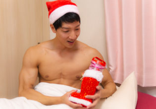 サンタさんからのプレゼントに喜ぶマッチョ/reference stock photo muscle in Xmas christmas@マッチョ写真集