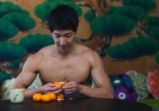 ビタミンCを摂取するマッチョ@フリー素材 筋肉