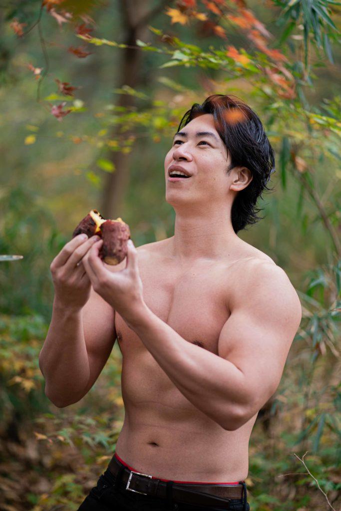 焼き芋に感謝を捧げるマッチョ(縦写真)@フリー素材 マッチョ