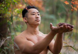 捕獲した野生の焼き芋を食す前に森に祈りを捧げるマッチョ@フリー素材 マッチョ