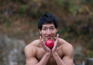 りんごとマッチョ2(縦写真)/reference stock photo muscle in autumn colors@モデル 筋肉