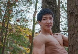 「僕の森にようこそ」と歓迎するマッチョ/reference stock photo muscle in autumn colors@フリー素材 マッチョ