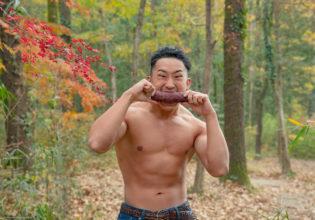 野生の焼き芋を食らうマッチョ@フリー素材 マッチョ