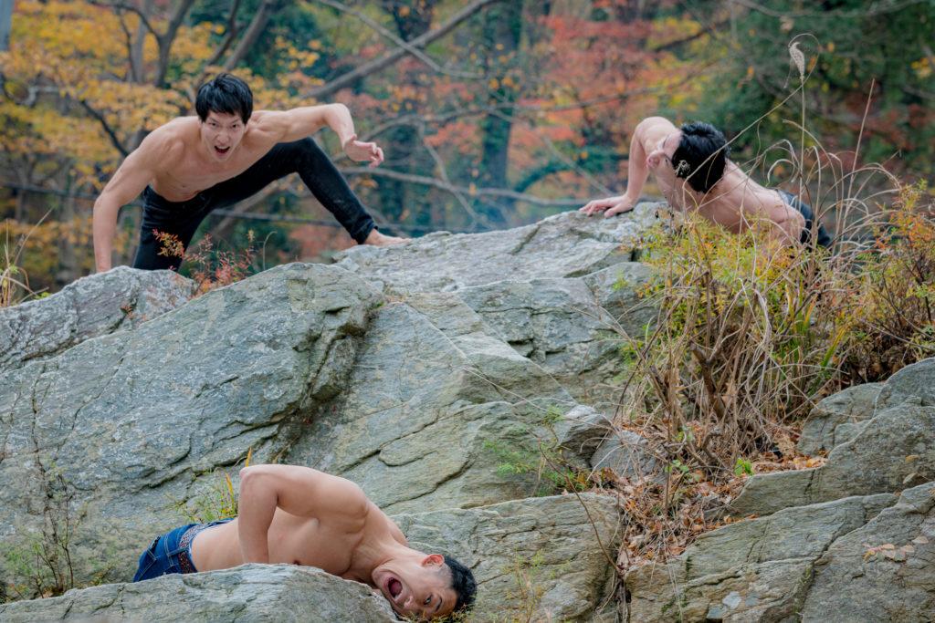 岩場で臨戦態勢のマッチョ/reference stock photo muscle in autumn colors@モデル 筋肉