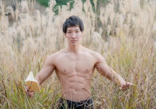 ススキで読書のマッチョ/reference stock photo muscle in autumn colors@モデル 筋肉
