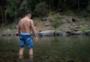 凍てつく川に入る前に精神統一するマッチョ@写真 筋肉