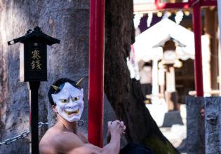 神社に捨てマッチョ(縦写真)@写真 マッチョ