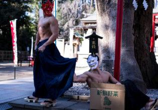 やっぱり捨てられるのは嫌だと泣きつく鬼マッチョ/reference stock photo muscle at shrine box macho@写真 マッチョ