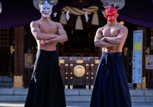 祈禱は私たちに任せなさい(縦型写真)/reference stock photo muscle at shrine@神社 写真